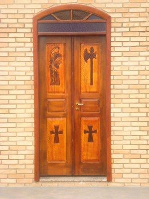 Porta da capela para Fazenda, Haras com símbolos religiosos talhados a mão