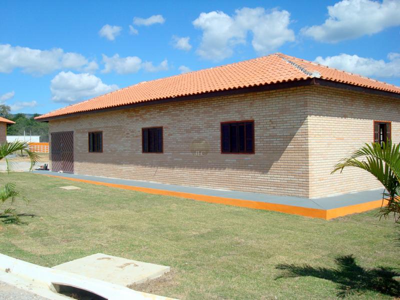 Casa construída a partir de um galpão existente