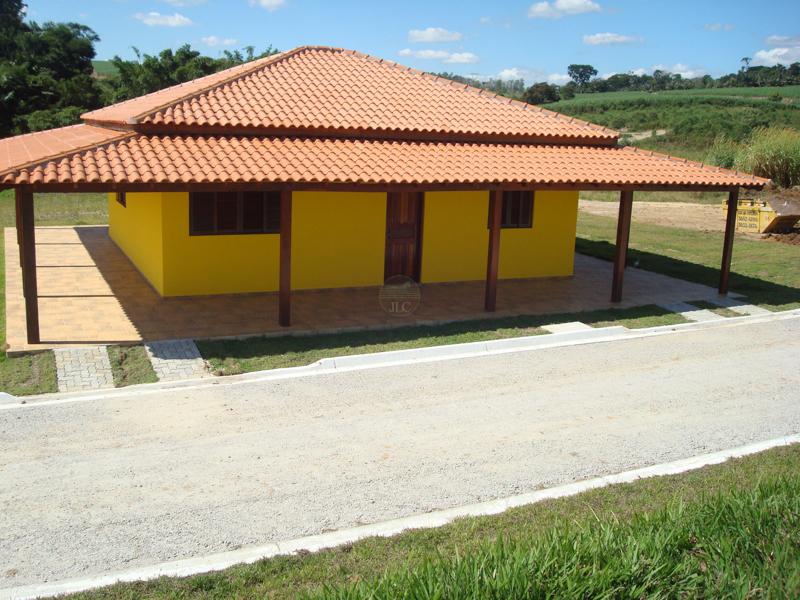 Casa para colonos com 2 dormitórios, sala, cozinha e banheiro, com varanda em volta.